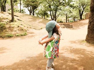 公園を歩いている小さな女の子の写真・画像素材[3252675]