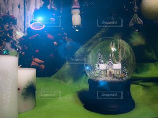 クリスマスツリーとスノードームの写真・画像素材[4001182]