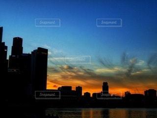 夕暮れ時の都市の写真・画像素材[3214516]