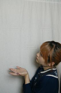 カメラを見ている女性の写真・画像素材[3256612]