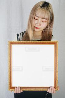 鏡の前に立ってカメラのポーズをとる人の写真・画像素材[4328011]
