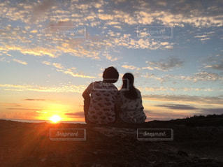 夕日をみるカップルの写真・画像素材[3218793]