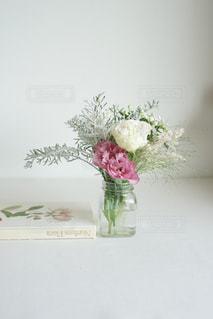 テーブルの上に花の花瓶の写真・画像素材[3303012]