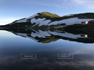 静かな白馬大池と湖面に映るテントサイトの写真・画像素材[3220242]