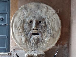 ボッカ・デッラ・ヴェリータを背景にした石造りの建物の像の写真・画像素材[3222850]