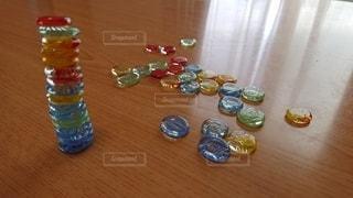 テーブルの上のガラス瓶のグループの写真・画像素材[3223927]
