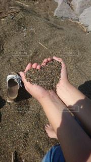 海の砂でハートの写真・画像素材[3224877]