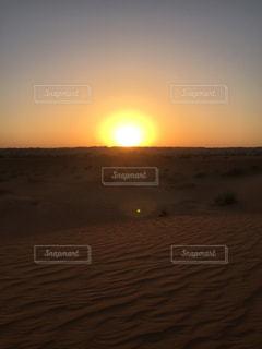 ドバイ 砂漠に沈む夕日の写真・画像素材[3227867]