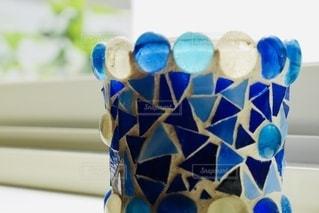 窓辺の青い花瓶の写真・画像素材[3596770]