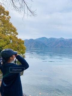 湖に立つ人の写真・画像素材[3769573]