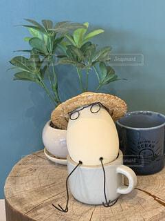 テーブルの上のコーヒーカップと雑貨の写真・画像素材[4134109]