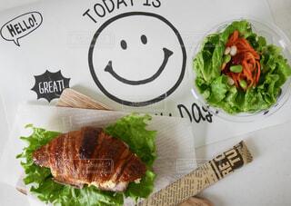 テーブルの上の食べ物の写真・画像素材[4312093]