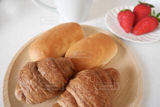 木製の皿の上のパンの写真・画像素材[4402503]