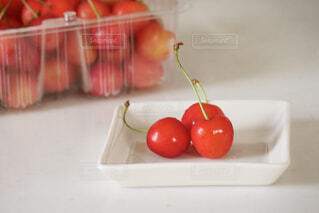 皿の上の果物の写真・画像素材[4627042]