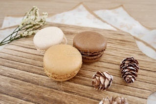 木製のまな板の上のお菓子の写真・画像素材[4942289]