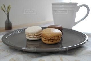 皿の上のお菓子とコーヒーカップの写真・画像素材[4942286]