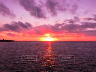 水の体に沈む夕日の写真・画像素材[1599909]