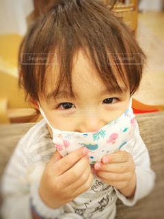 子供がマスクをしていますの写真・画像素材[3281843]