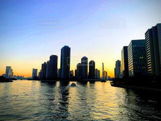 背景に都市がある水域の写真・画像素材[3231454]