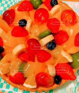 皿に果物が入ったケーキの写真・画像素材[3232833]