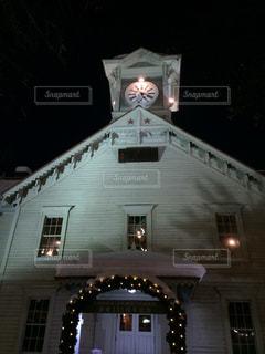 夜にライトアップされた時計塔の写真・画像素材[3234516]