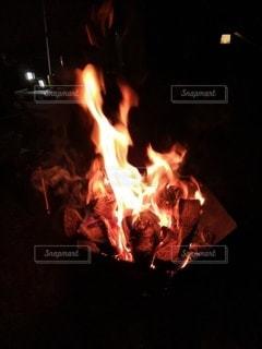 暗い部屋で燃える火事の写真・画像素材[3232653]