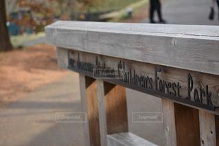 木製のベンチの看板の写真・画像素材[3322197]