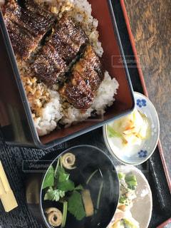 皿の上に異なる種類の食べ物が入った箱の写真・画像素材[3238611]