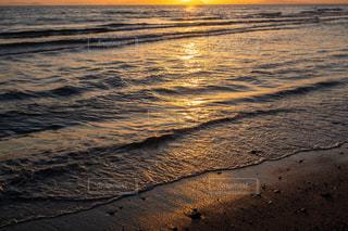 夕日に染まる水面の写真・画像素材[3246902]