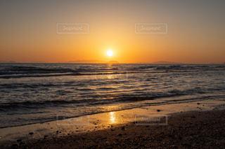 瀬戸内海の砂浜に沈む夕日の写真・画像素材[3246900]