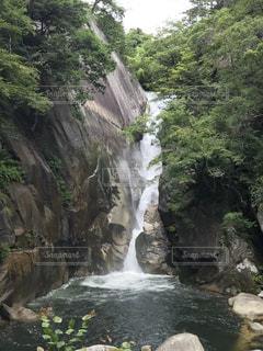 川の横にある大きな滝の写真・画像素材[1372304]