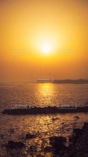 海に沈む夕陽の写真・画像素材[3255496]