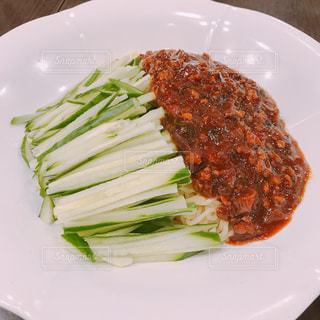 肉と野菜をトッピングした白い皿の写真・画像素材[3242782]