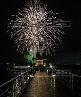 夜空に打ち上がる花火と浮御堂の写真・画像素材[3634920]
