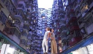 トランスフォーマーの舞台になった香港のモンスターマンションで二人並んで上を見上げるの写真・画像素材[2338719]