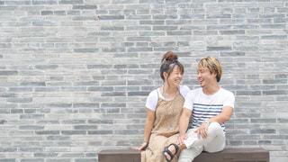 中国のお洒落な建物の前のベンチに座って休憩している時の様子。の写真・画像素材[2338720]