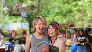 森の中の遊園地ではしゃぐカップルの写真・画像素材[2338725]