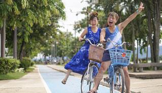 自転車にまたがって最高の笑顔でイェーイの写真・画像素材[2376019]