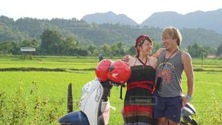 田んぼとバイクと私たちの写真・画像素材[2382039]