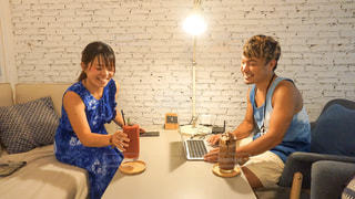 カフェで作業中の2人の写真・画像素材[2393087]