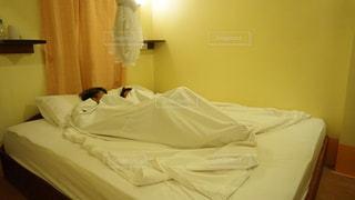 ベッドでピロートークするカップルの写真・画像素材[2422271]