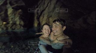洞窟の中ではしゃぐカップルの写真・画像素材[2431674]