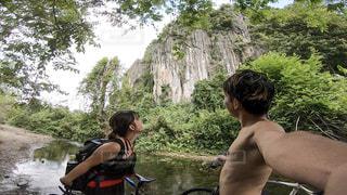 川を渡る途中上を見上げると驚きの景色の写真・画像素材[2431677]