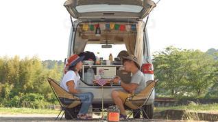 キャンプする夫婦の写真・画像素材[3321044]