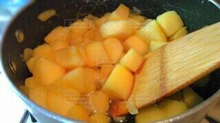 鍋に入ったあつあつのりんごのクローズアップの写真・画像素材[4199391]