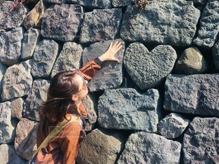ハートの石見つけたの写真・画像素材[1196307]