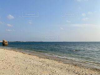 わりと踏みつけられた砂浜の写真・画像素材[3257311]