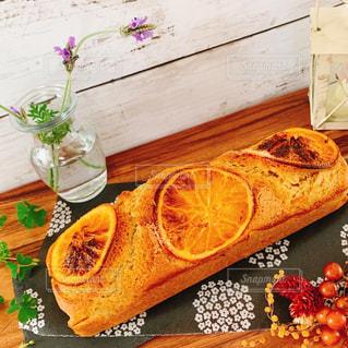 木製のテーブルの上にパウンドケーキの写真・画像素材[3285272]