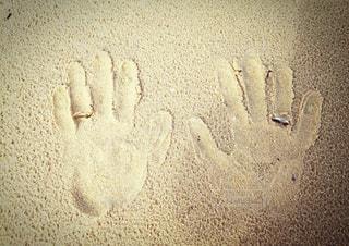 砂の中に立っている男の写真・画像素材[3274668]