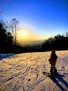 夕暮れまでスキーをしている子供の写真・画像素材[3275498]